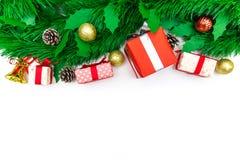 Julgåvaask, dekorativa objekt och julträd på whi Arkivbild