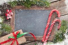 Julgåvaask, godisrotting och granträd Arkivbilder