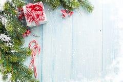Julgåvaask, godisrotting och granträd Royaltyfria Bilder