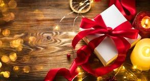 Julgåvaask med det röda den satängbandet och pilbågen, bakgrund för härlig Xmas och för nytt år med den slågna in gåvaasken royaltyfri bild