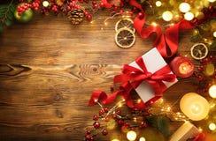 Julgåvaask med det röda den satängbandet och pilbågen, bakgrund för härlig Xmas och för nytt år med den slågna in gåvaasken royaltyfria bilder