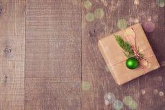 Julgåvaask med garneringar på träbakgrund Sikt från ovannämnt med kopieringsutrymme Royaltyfria Bilder