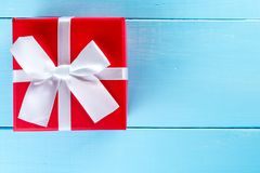 Julgåvaask mot blå träbakgrund letters amerikansk för färgexplosionen för kortet 3d ferie för hälsningen för flaggan nationalform Royaltyfri Fotografi