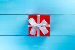 Julgåvaask mot blå träbakgrund letters amerikansk för färgexplosionen för kortet 3d ferie för hälsningen för flaggan nationalform Arkivfoto