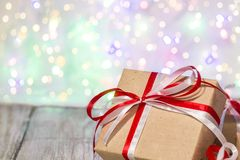 Julgåvaask mot bokehbakgrund letters amerikansk för färgexplosionen för kortet 3d ferie för hälsningen för flaggan nationalformsp Royaltyfri Bild