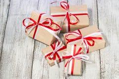 Julgåvaask mot bokehbakgrund letters amerikansk för färgexplosionen för kortet 3d ferie för hälsningen för flaggan nationalformsp Arkivfoton