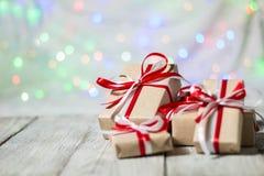 Julgåvaask mot bokehbakgrund letters amerikansk för färgexplosionen för kortet 3d ferie för hälsningen för flaggan nationalformsp Arkivbilder