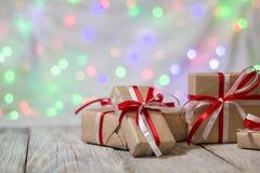 Julgåvaask mot bokehbakgrund letters amerikansk för färgexplosionen för kortet 3d ferie för hälsningen för flaggan nationalformsp Arkivbild
