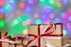 Julgåvaask mot bokehbakgrund letters amerikansk för färgexplosionen för kortet 3d ferie för hälsningen för flaggan nationalformsp Royaltyfri Foto