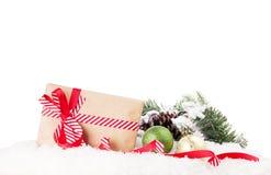 Julgåvaask och dekor i snö Arkivfoton