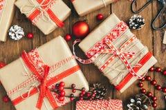 Julgåvaask och garneringar på träbakgrund Begrepp för glad jul och för lyckligt nytt år arkivfoton