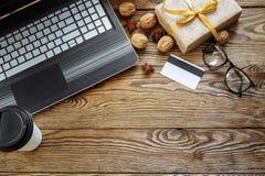 Julgåvaaskar, bärbar dator och kaffekopp på träbakgrund Bästa sikt med kopieringsutrymme för din text Royaltyfria Bilder