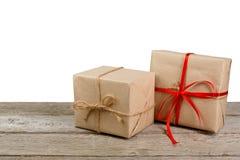 Julgåvaaskar i hantverkpapper som isoleras på vit Royaltyfri Fotografi