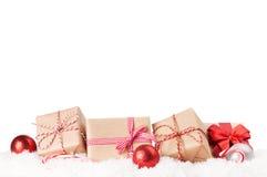 Julgåvaaskar och dekor i snö Royaltyfri Fotografi