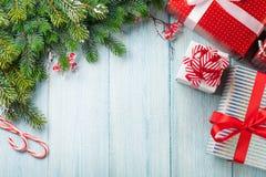 Julgåvaaskar och granträdfilial royaltyfria foton