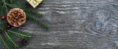 Julgåvaaskar på en lantlig träbakgrund arkivbild