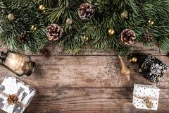 Julgåvaaskar på ferieträbakgrund med granfilialer, lampa, sörjer kottar, röd garnering fotografering för bildbyråer