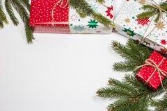 Julgåvaaskar på vit bakgrund med tomt utrymme för text arkivbilder