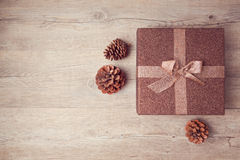 Julgåvaasken med sörjer havre på träbakgrund ovanför sikt royaltyfri fotografi