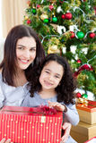 julgåvaflicka henne moderöppning Arkivbild