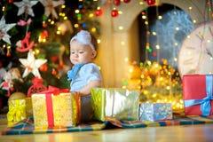 julgåvaflicka little Arkivfoton