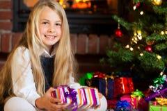 julgåvaflicka som rymmer little som ler Royaltyfria Foton