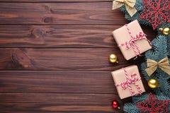 Julgåvagåvor med garneringar på en brun bakgrund arkivbild