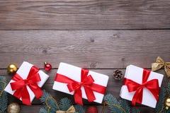 Julgåvagåvor med garneringar på en grå bakgrund royaltyfri bild