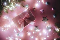 Julgåvan, stucken filt, sörjer kottar, granfilialer på rosa bakgrund Lekmanna- lägenhet, bästa sikt, kopieringsutrymme royaltyfria foton