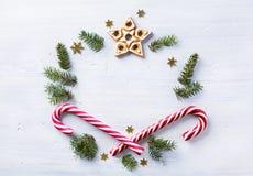 Julgåvasammansättning Julferiesötsaker och grantre fotografering för bildbyråer