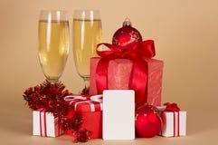 Julgåvor, champagne och tomt kort royaltyfri fotografi