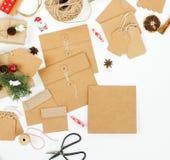 Julgåvor eller den närvarande asken som sloggs in i kort för kraft papper och hantverk, ställde upp in åtlöje med garnering fotografering för bildbyråer