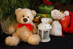 Julgåvor från jultomten under den dekorerade julgranen Royaltyfria Foton
