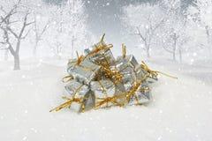 Julgåvor i det snöig landskapet 3D Arkivfoto