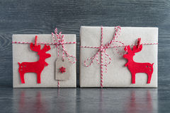 Julgåvor i röda hjortar Arkivfoto