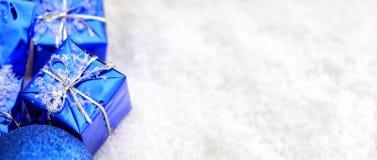 Julgåvor i snowen royaltyfria foton