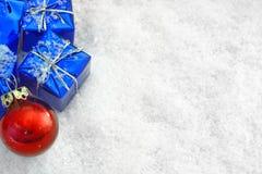 Julgåvor i snowen royaltyfri bild