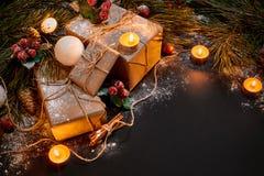 Julgåvor, julträdet, stearinljus, den kulöra dekoren, stjärnor, klumpa ihop sig på svart bakgrund Fotografering för Bildbyråer