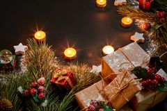 Julgåvor, julträdet, stearinljus, den kulöra dekoren, stjärnor, klumpa ihop sig på svart bakgrund Royaltyfri Foto