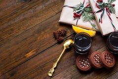 Julgåvor, kaffe och efterrättapelsiner arkivbilder