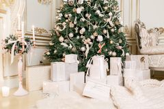 julgåvor många Klassiska lägenheter med vit trappa Royaltyfri Bild