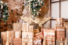 julgåvor många utgångspunkten för bärdekorjärneken låter vara mistletoen den snöig treen den vita vintern modern inre loft fotografering för bildbyråer