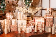 julgåvor många utgångspunkten för bärdekorjärneken låter vara mistletoen den snöig treen den vita vintern modern inre loft royaltyfri bild