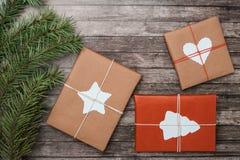 Julgåvor med gran-trädet på träbakgrund fotografering för bildbyråer