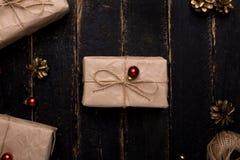 Julgåvor med nytt års garnering på en träbakgrund arkivbilder