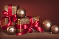 Julgåvor och baubles Arkivfoto
