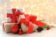 Julgåvor och garnering på tabellen arkivbilder