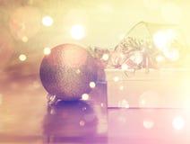 Julgåvor och garneringar med tappningeffekt Fotografering för Bildbyråer