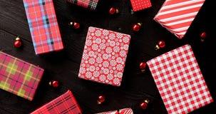 Julgåvor och glass bollar arkivfoto