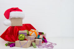Julgåvor och julleksaker i påsen Royaltyfri Fotografi